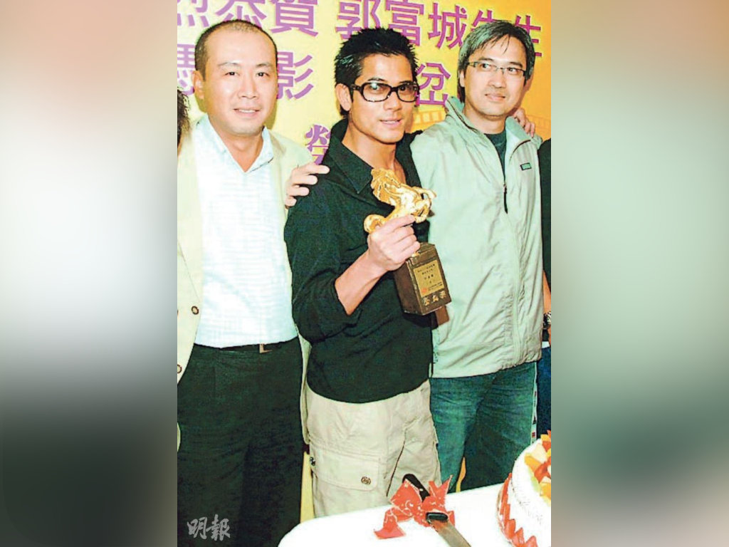 Aaron Kwok (middle) and Benny Chan (R) posing with the actor's Golden Horse trophy.