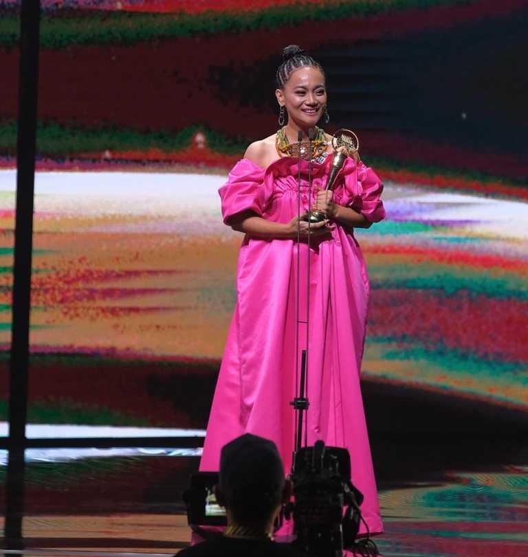 榮獲本屆金曲獎「最佳原住民語專輯獎」的阿爆(阿仍仍),典禮領獎時身穿亮桃紅緞面禮服,搭配蔥綠色的施華洛世奇「THE ELEMENTS」系列穿孔耳環,展現大地魅力光彩。(圖╱GMA提供)