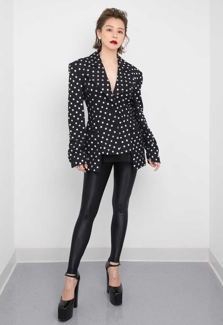徐若瑄的典禮頒獎造型,改成一身浪漫搖滾感的黑色勁裝及深色紅唇,搭配Van Cleef & Arpels「Magic Alhambra」系列縞瑪瑙鑽石耳環╱476,000元。(圖╱Van Cleef & Arpels提供)