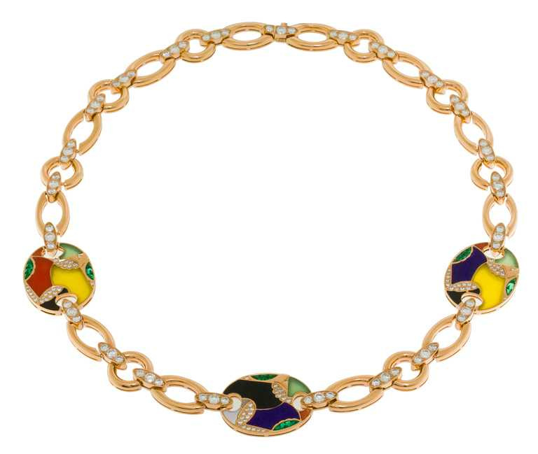 BVLGARI頂級彩寶項鍊╱頂級玫瑰金項鍊,鑲嵌3顆綠玉髓、4顆粉紅珊瑚、2顆珍珠母貝、2顆玉髓、2顆舒俱徠石、5顆縞瑪瑙、21顆Buff Top凸圓形切割祖母綠,及密鑲鑽石╱4,500,000元。(圖╱BVLGARI提供)