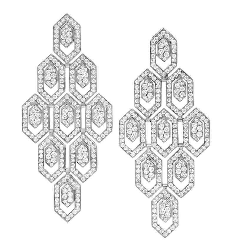 BVLGARI「Serpenti Eyes on Me」系列白K金鑽石耳環╱1,364,000元。(圖╱BVLGARI提供)