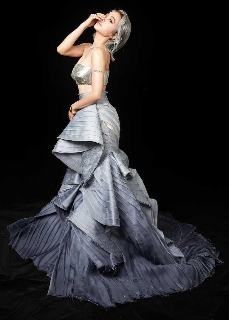 蔡依林身穿Atelier Versace 2020秋冬高級訂製服,佩戴寶格麗珠寶,搭配新染的銀灰色髮型,造型宛如優雅的美人魚。(圖╱BVLGARI提供)