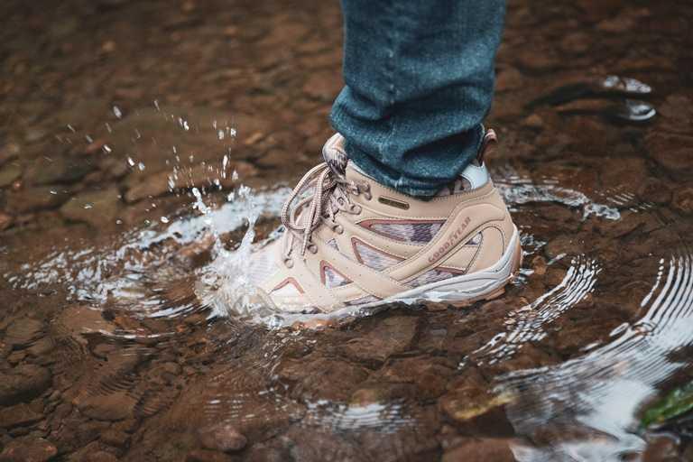在山林間漫步,難免踩踏到積水,戶外鞋的防水性是必要的考量。