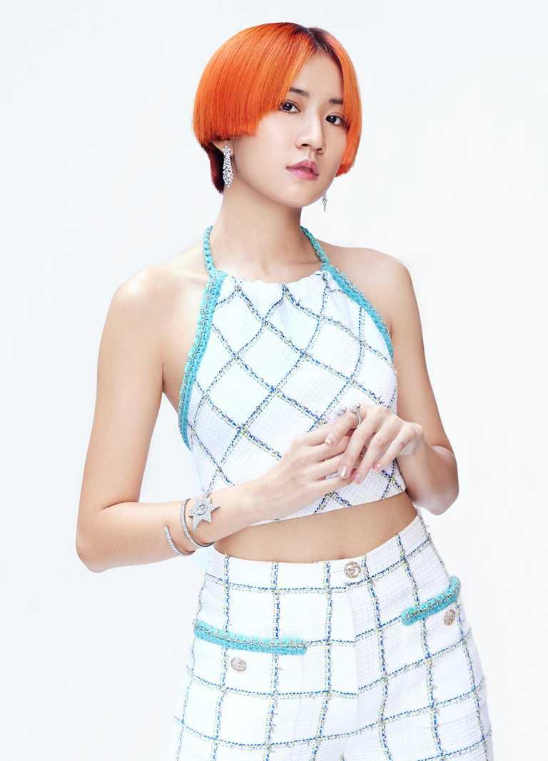 新生代靈魂女歌手9m88,參與典禮時服裝香奈兒2021早春度假系列的白色背心與褲裝,搭配頂級珠寶、腕錶和彩妝,展現青春活力樣貌。(圖╱CHANEL提供)