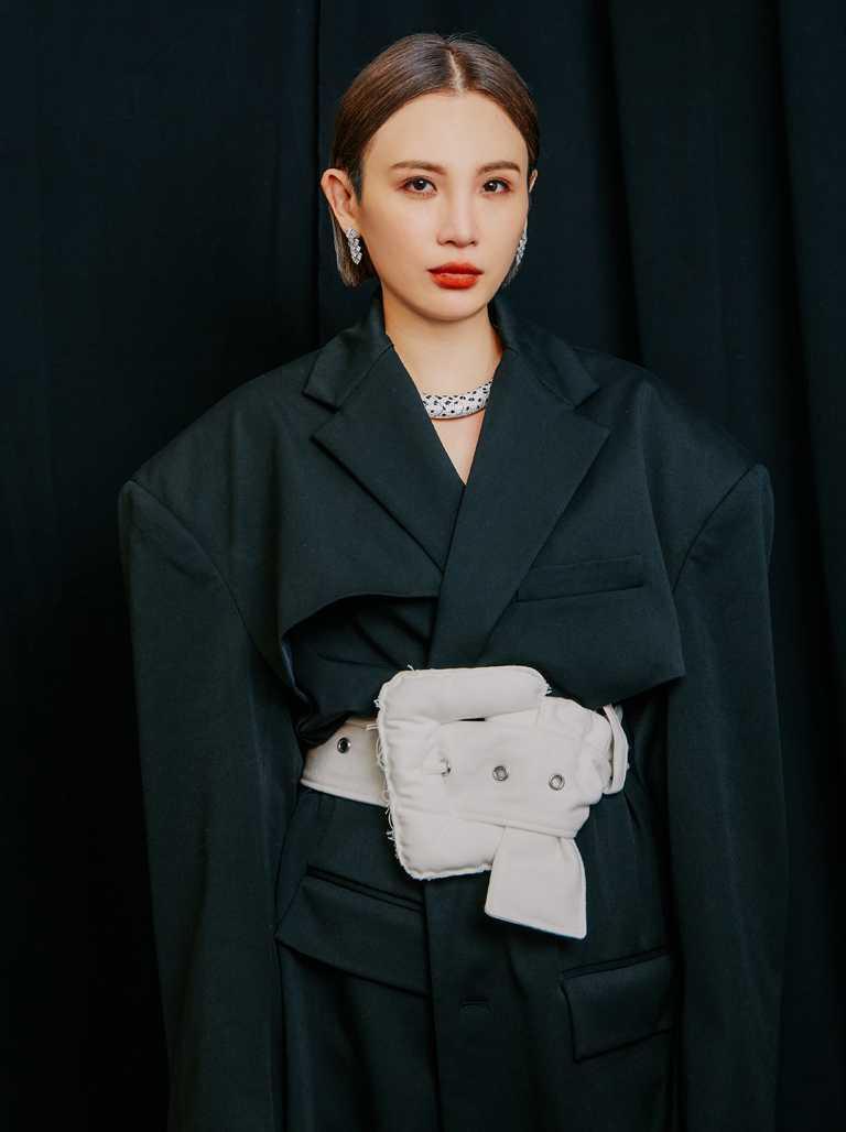 頒發「最佳國語女歌手」獎項時,魏如萱換穿黑色洋裝,佩戴總價近2,400萬的卡地亞頂級珠寶系列作品,閃耀上台獲獎。(圖╱Cartier提供)