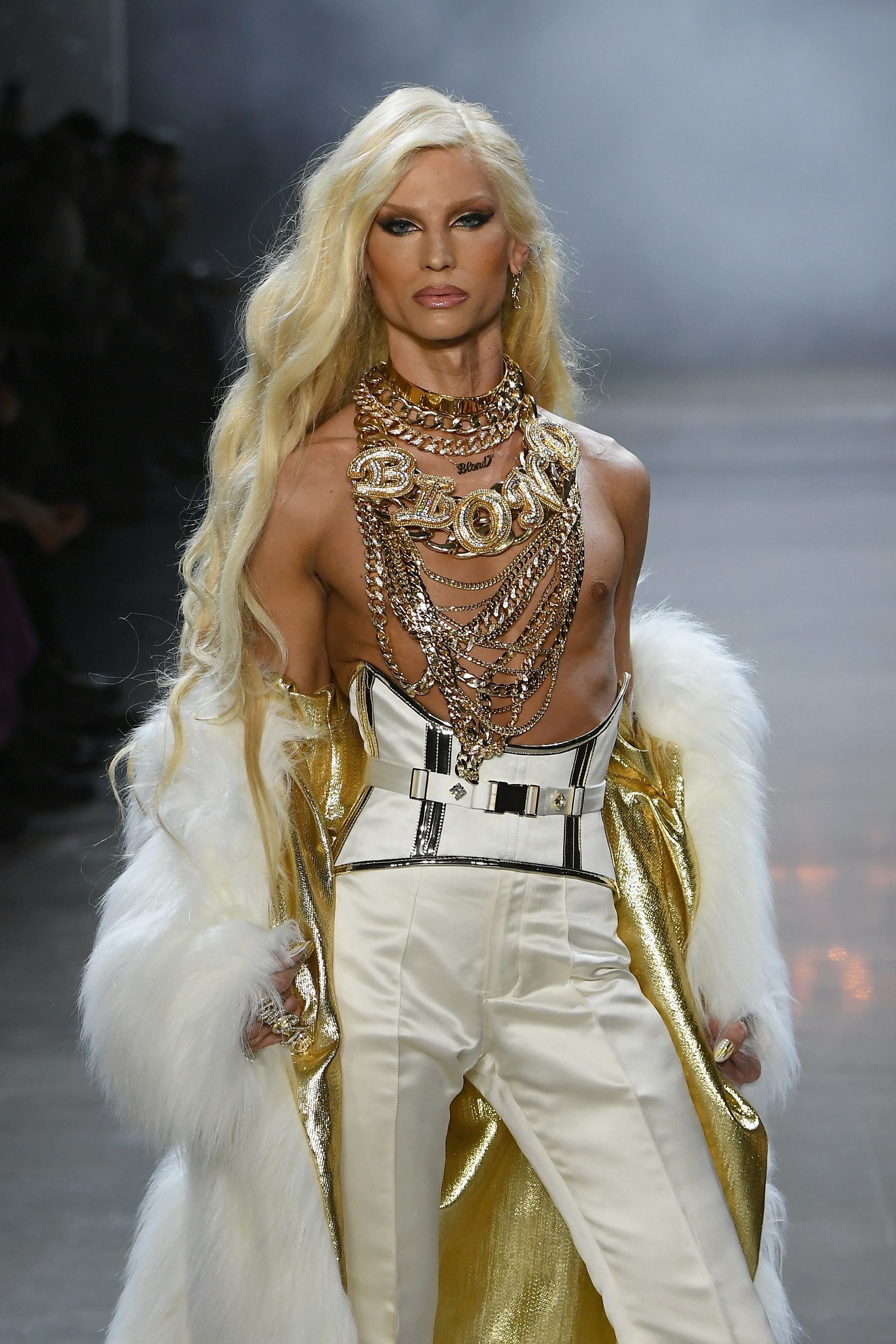 【紐約時裝週】最浮誇的The Blonds又找派瑞絲希爾頓來搞事啦!$胸貼、金馬甲⋯炫富也要炫出風格