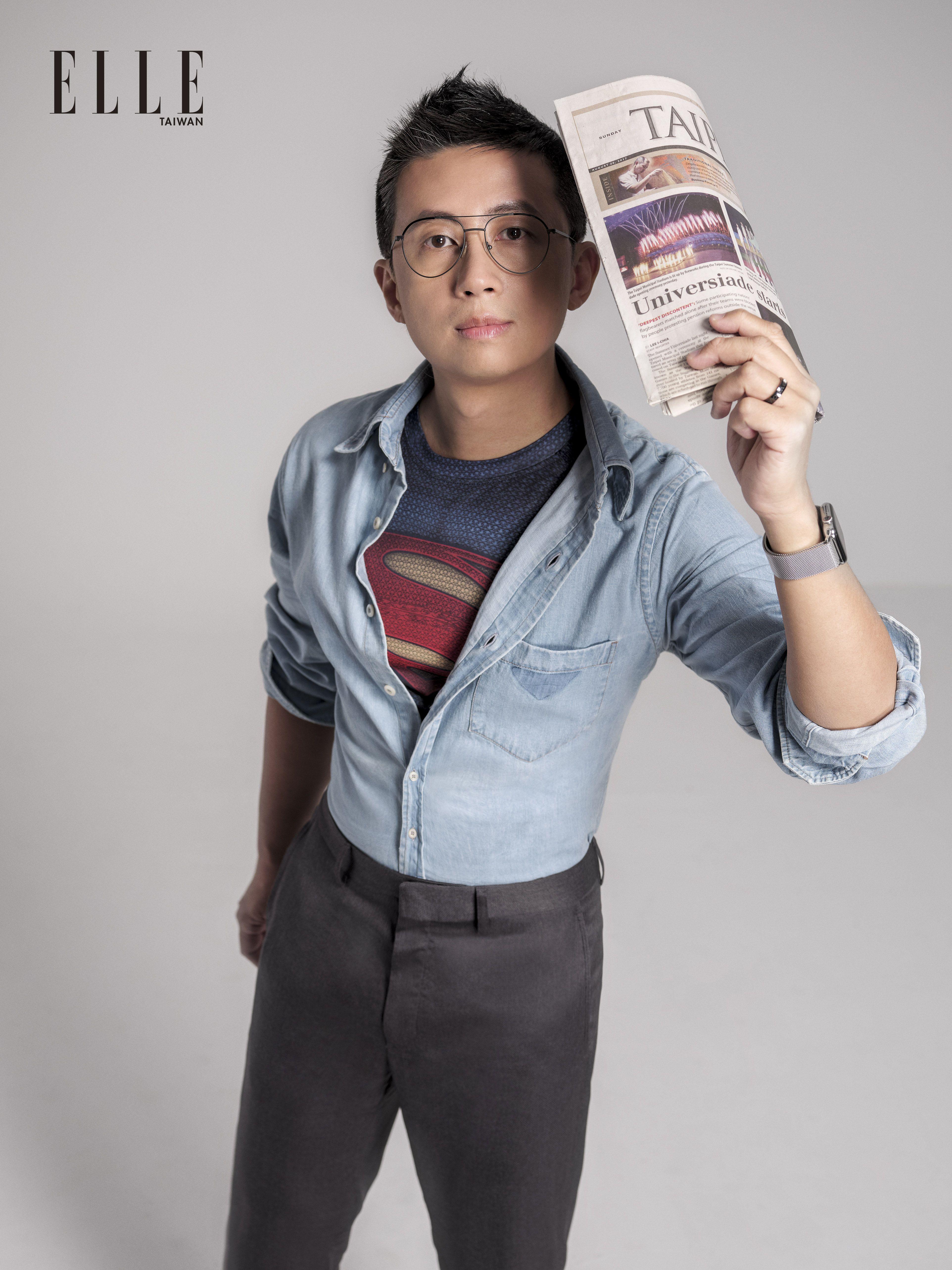 天藍色襯衫(PRADA);鐵灰色西裝褲、雙色拼接運動鞋(LOUIS VUITTON);黑色復古金屬框眼鏡(L.G.R)。