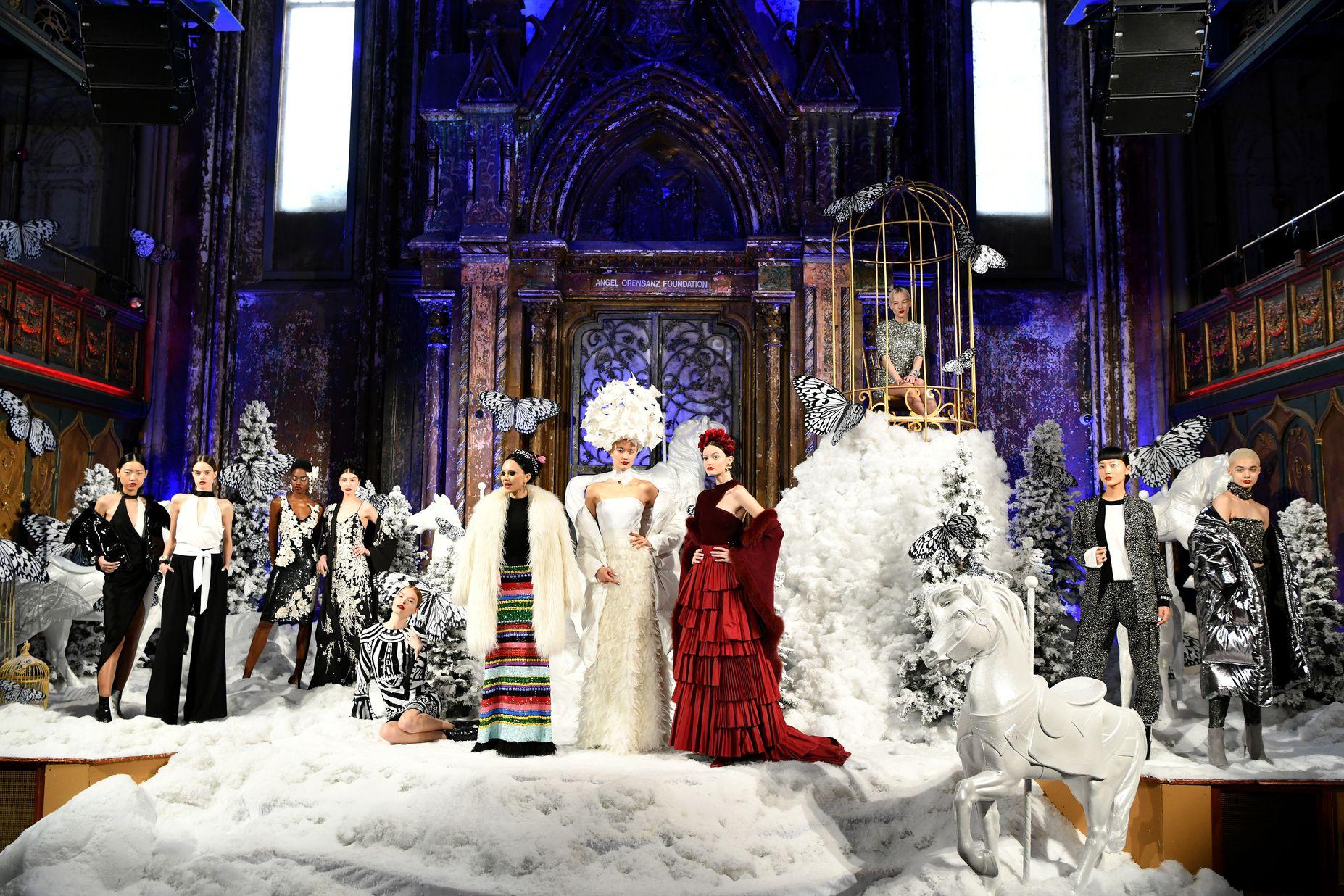 鳥籠裡的少女、雪地上的精靈⋯ Alice + Olivia 這場超華麗大秀根本一幅幅的「古典名畫」!
