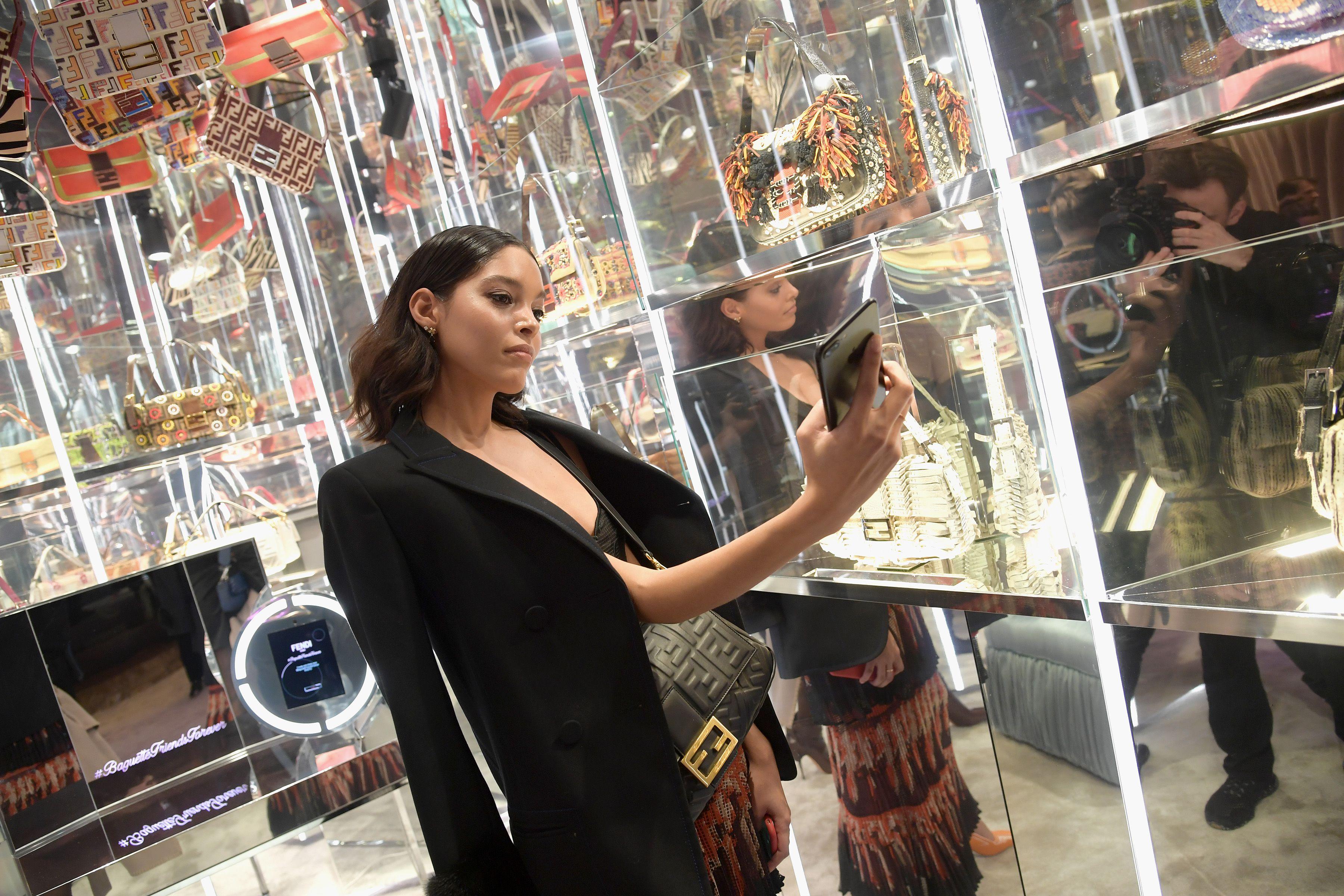 【紐約時裝週】Fendi 紐約派對重演《慾望城市》閨蜜們搶包包的經典橋段!女主角「凱莉」客串,一句話打趴IG部落客!
