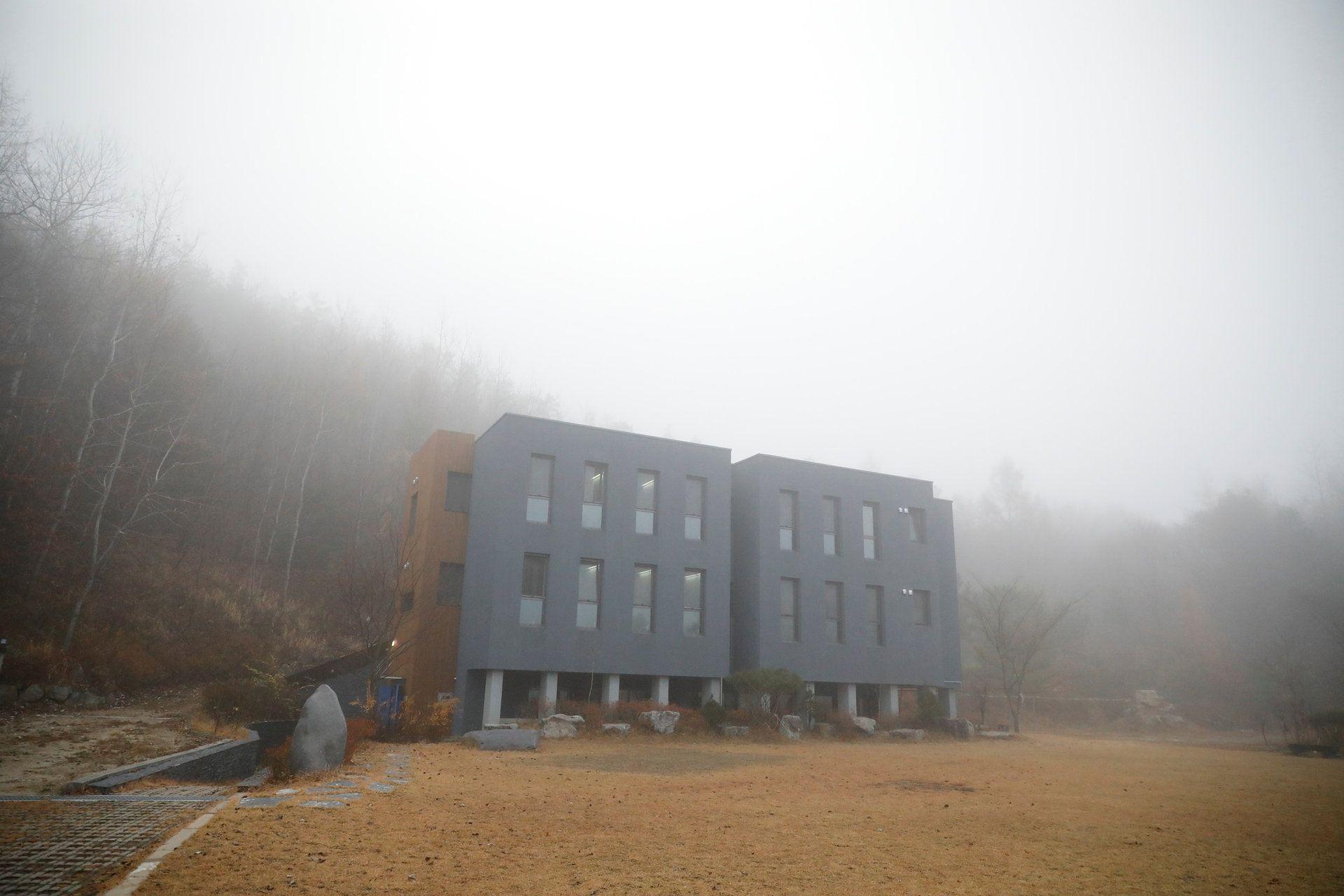 【ELLE怪奇物語】花錢入住「模擬監獄」你願意嗎?韓國的「牢房住宿」熱潮背後,是一群想逃離生活喧囂的城市人