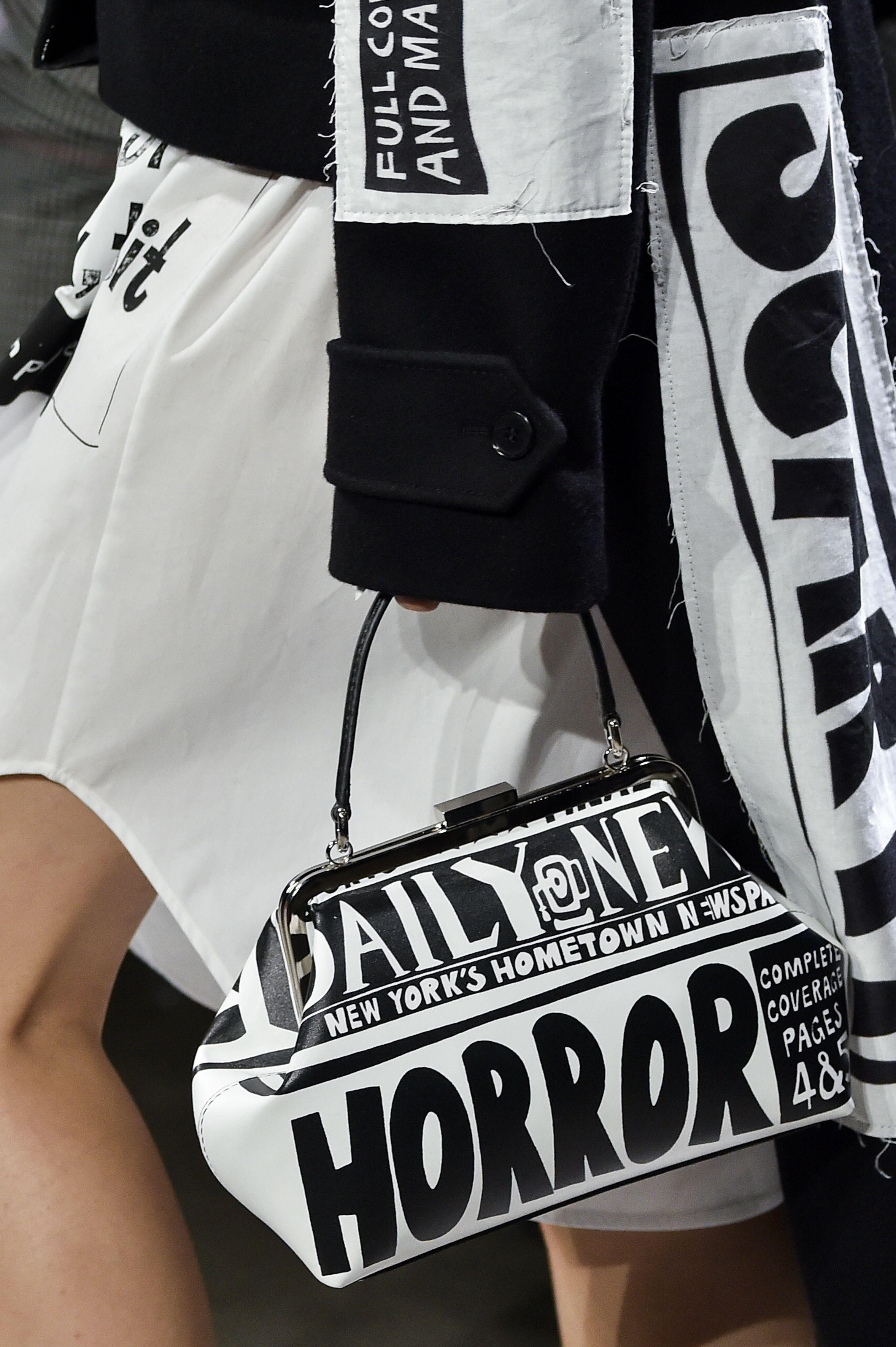 【紐約時裝週】醜聞?犯罪率?逃家少女?解讀 Jeremy Scott 衣服上的《紐約郵報》「頭條」文字!