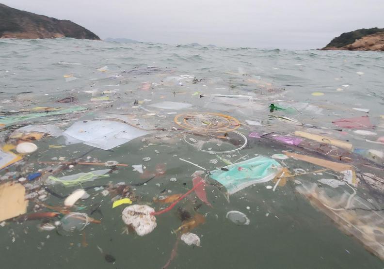 海中的口罩垃圾