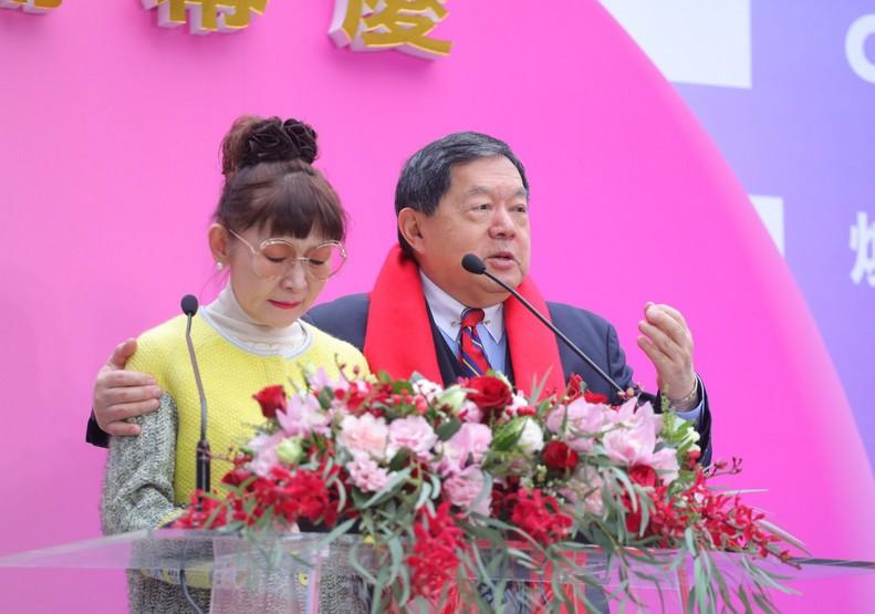 遠東百貨總經理徐雪芳(左)與遠東集團董事長徐旭東(右)。