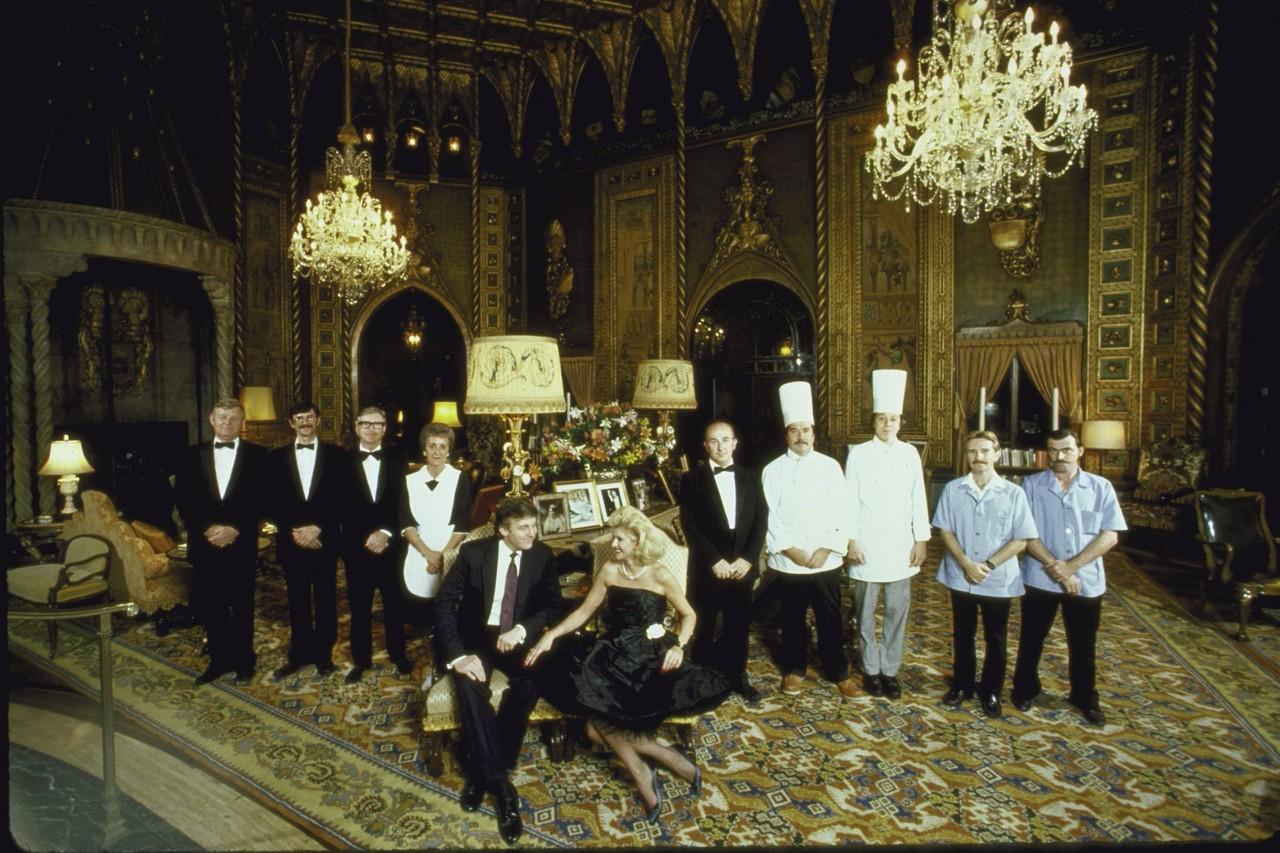 圖為1987年,特朗普與他當時的妻子伊凡娜(Ivana)在他們位於棕櫚灘Mar-A-Lago俱樂部的居所中擺拍。後排是他們的家政員工。