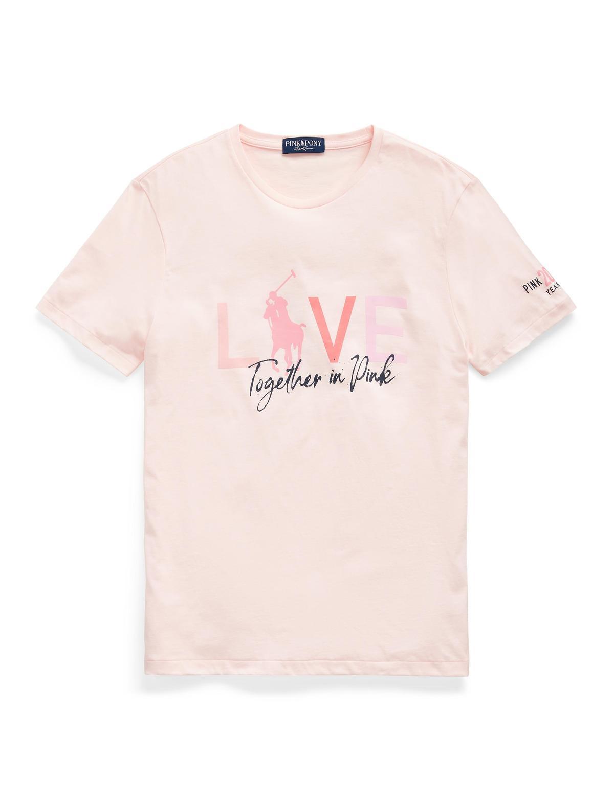 男女同款的粉色T-Shirt是100% 收益都將捐贈,NT$3,280。(Ralph Lauren提供)