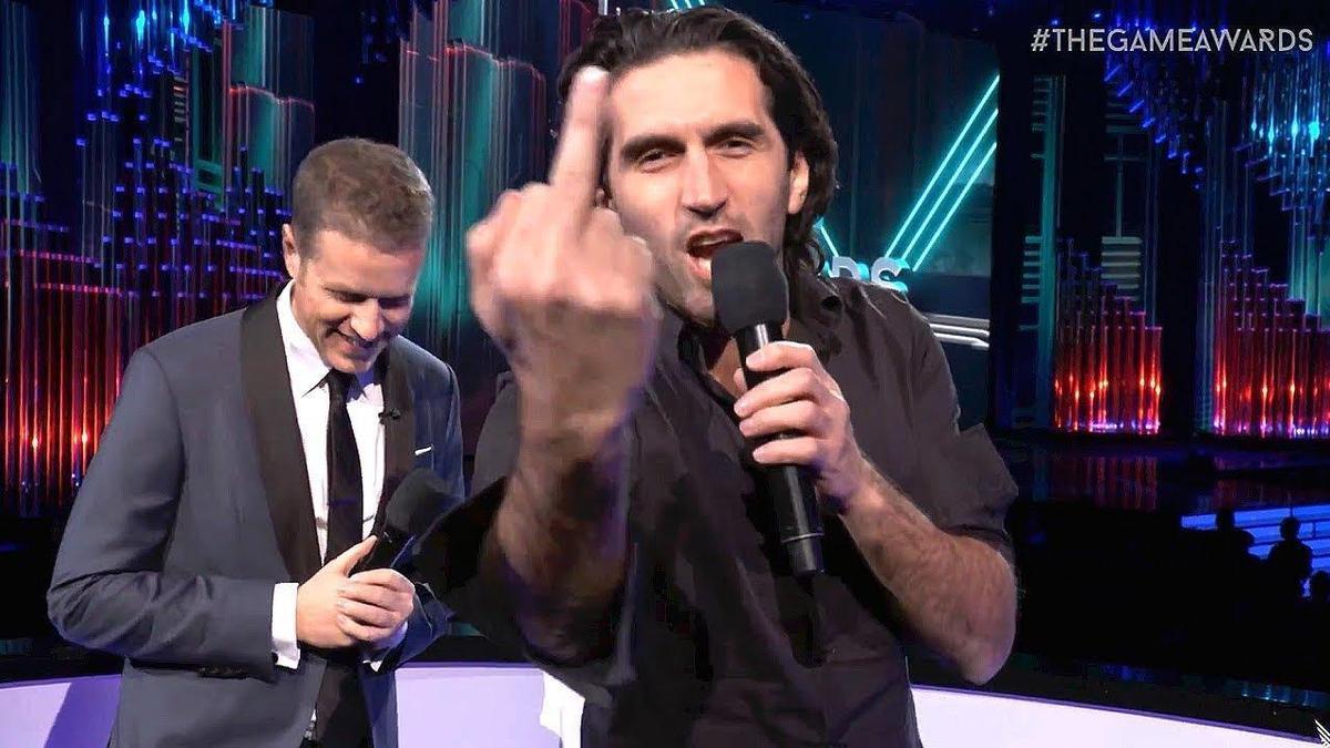 法爾斯曾在TGA上大罵奧斯卡,對鏡頭比中指,後來變成網路迷因。(翻攝自The Game Awards)