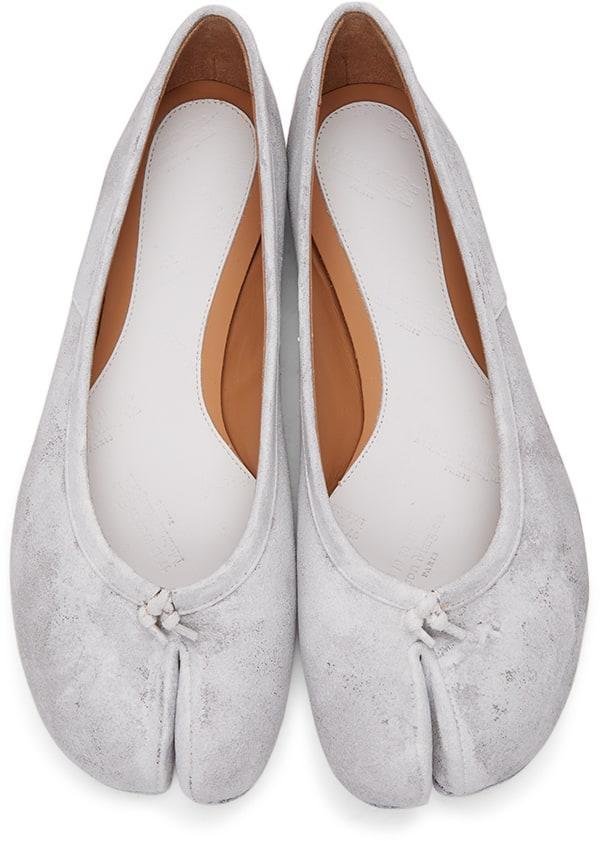 銀色Tabi娃娃鞋。NT$26,180元,Maison Margiela。(onefifteen 初衣食午提供)