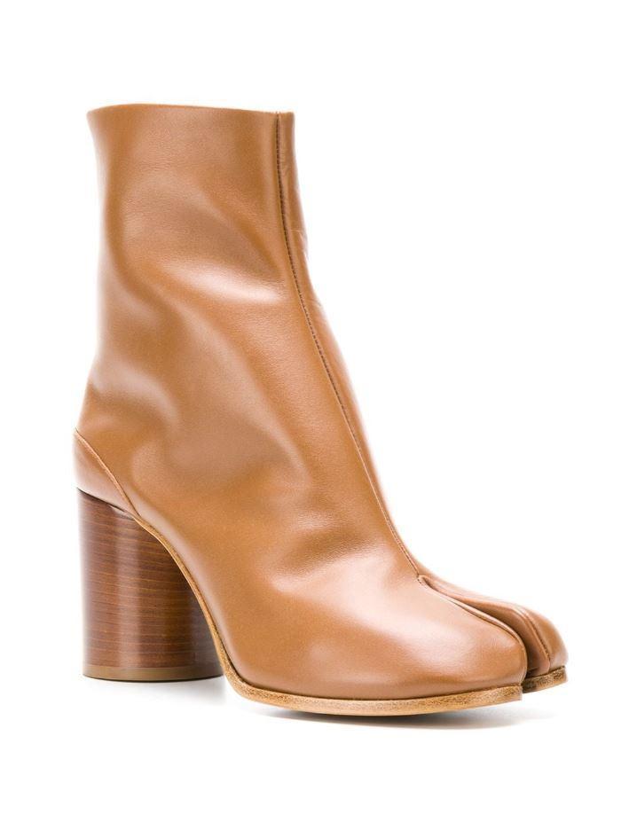 棕色高跟Tabi靴。NT$3,0480,Maison Margiela。(onefifteen 初衣食午提供)