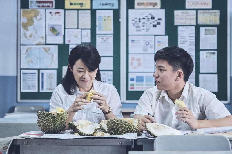 電影《熱帶雨》劇照,(左起)演員楊雁雁、許家樂。(長景鹿工作室提供)
