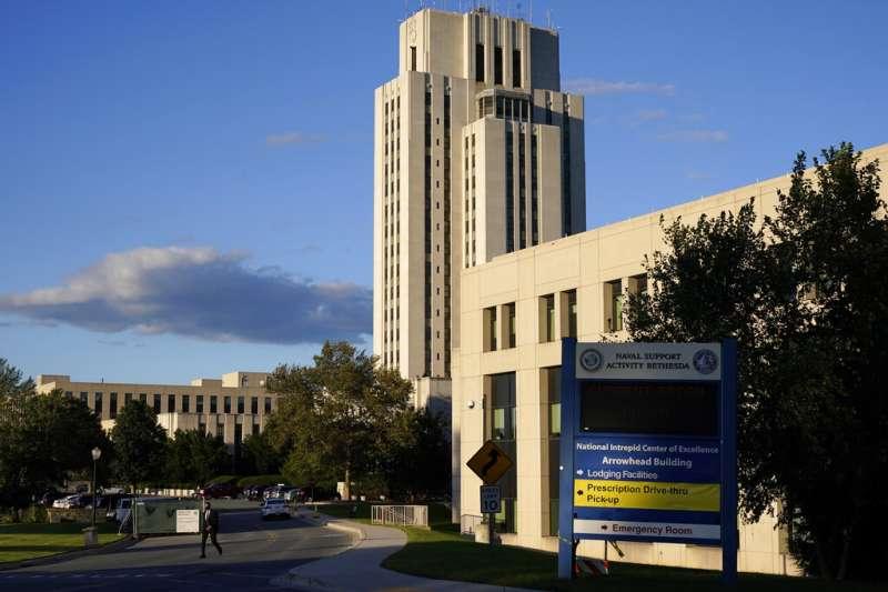 川普搭乘陸戰隊一號從白宮起飛,前往沃爾特・里德國家軍事醫學中心住院。 (美聯社)