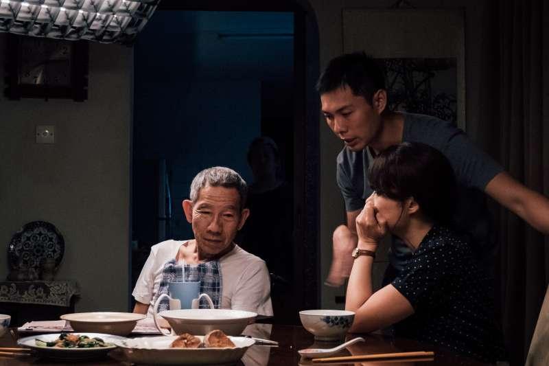 電影《熱帶雨》工作照,(左起)演員楊世彬、導演陳哲藝、演員楊雁雁。(長景鹿工作室提供)