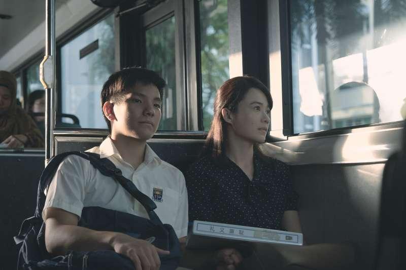 電影《熱帶雨》劇照,(左起)演員許家樂、楊雁雁。(長景鹿工作室提供)