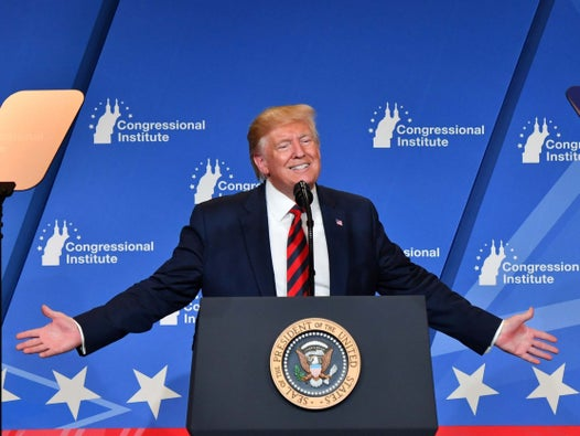 Trump struggles to say Mike Pences name and blames energy efficient light bulbs for making him look orange during bizarre speech
