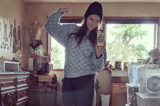 Amanda Knox posts selfie in old prison uniform as her something old to prepare for wedding
