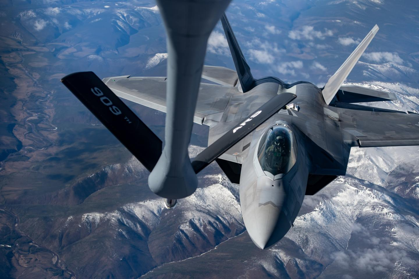 Air Force Fighter Pilot Reveals Why Nothing Gets Close To An F-35 or F-22