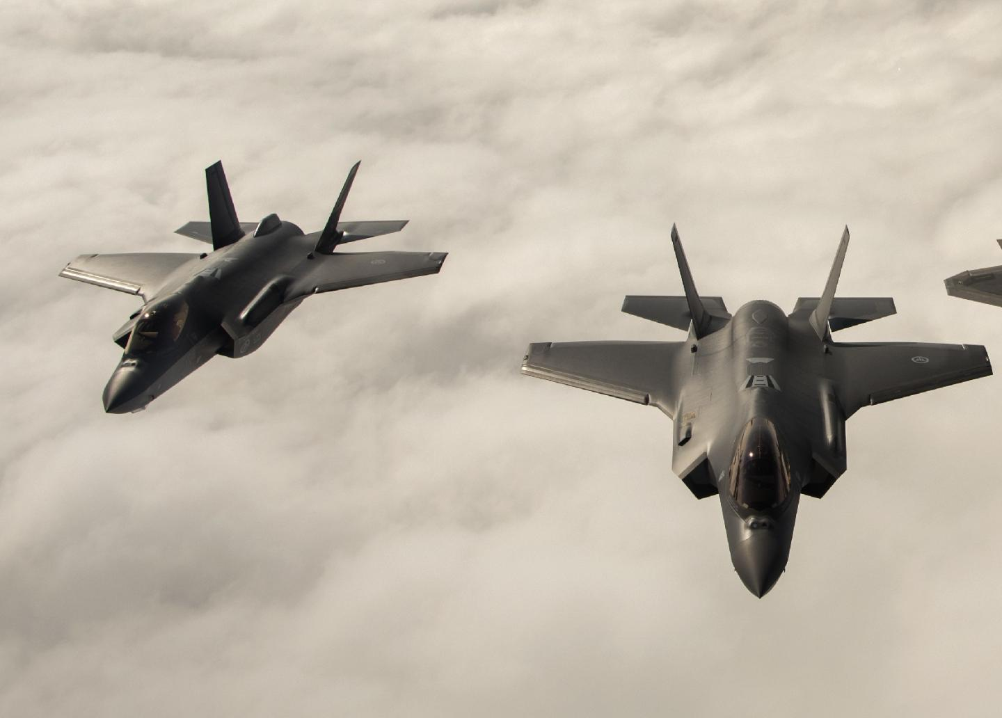 F-22s vs. F-35s: Who Wins When the 2 Deadliest Stealth Fighters Fight?