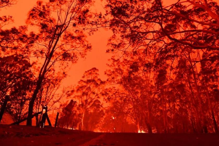 Thousands flee to beaches amid devastating Australian wildfires