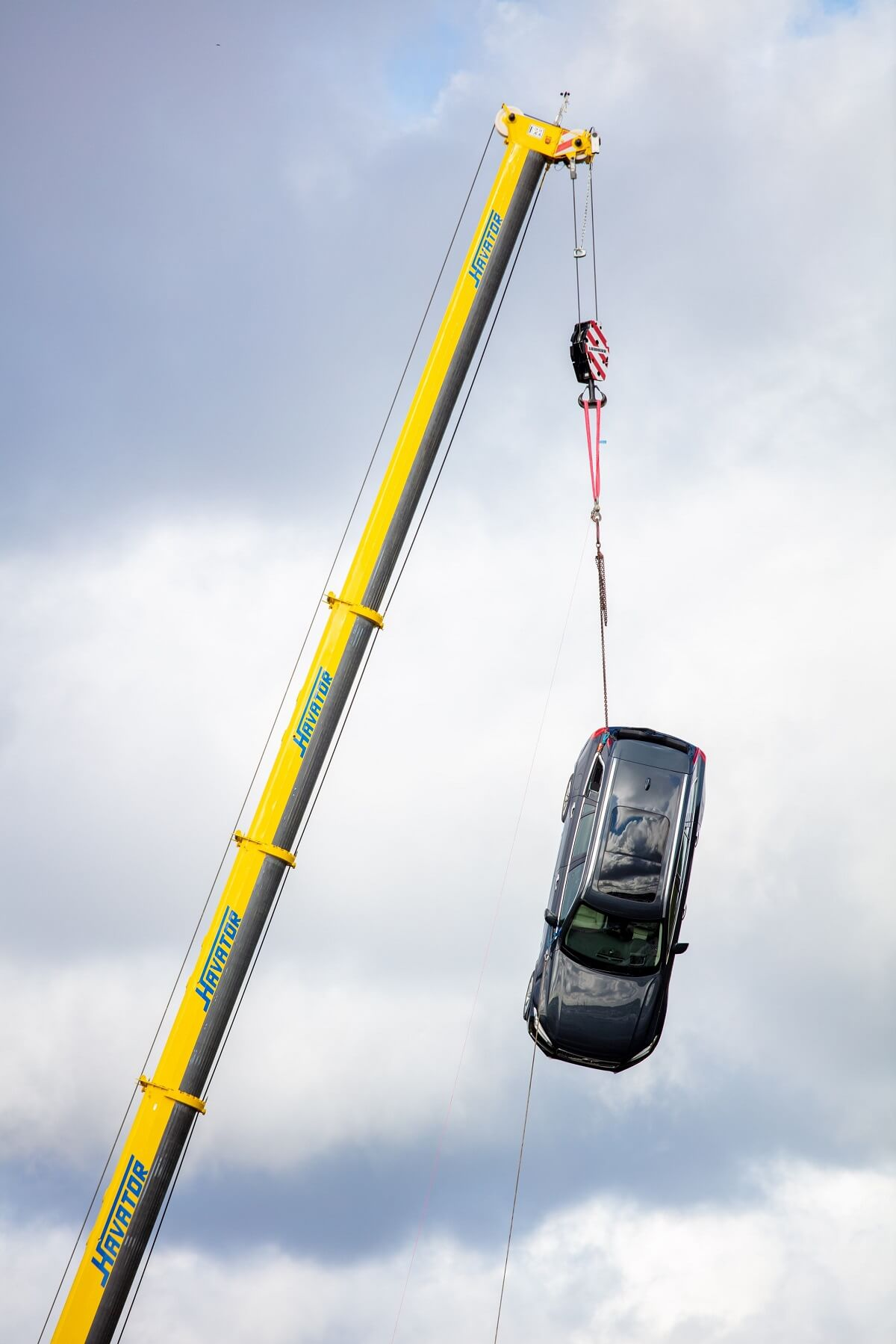 274397_Volvo_Cars_drops_new_cars_from_30_metres_to_help_rescue_services_save.jpg