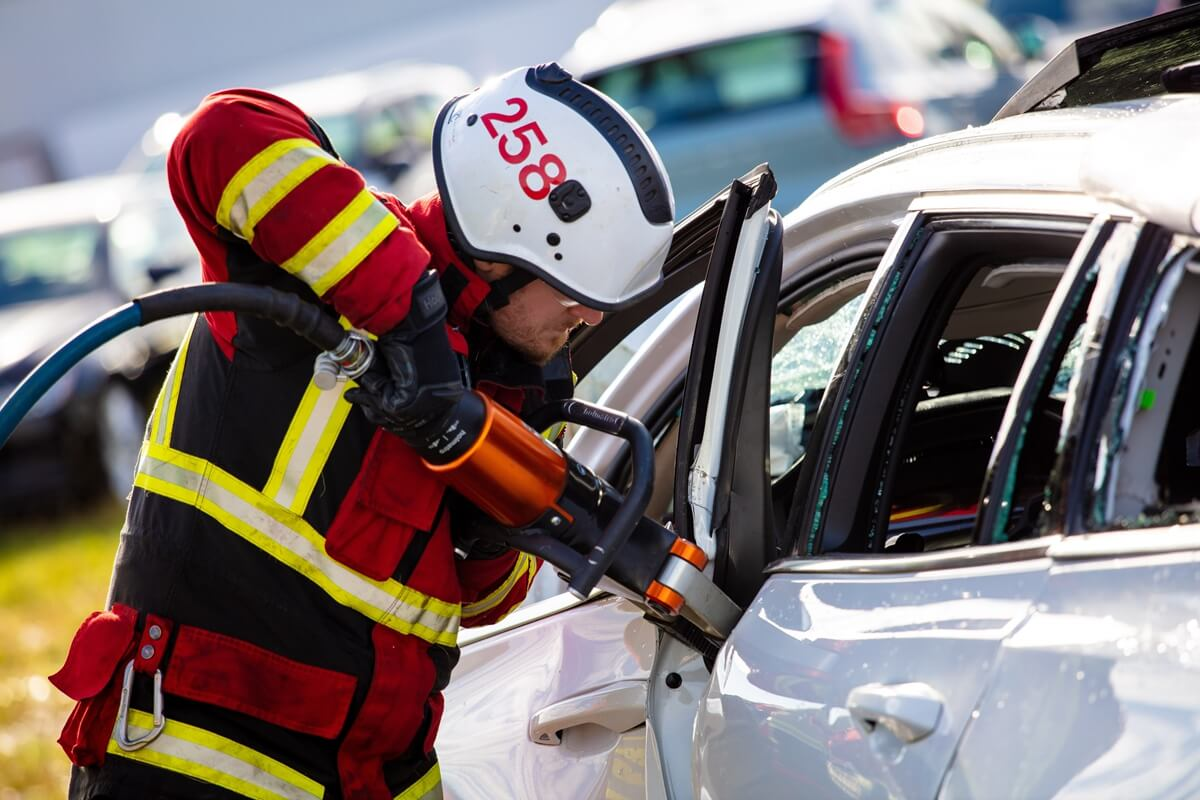 274400_Volvo_Cars_drops_new_cars_from_30_metres_to_help_rescue_services_save.jpg