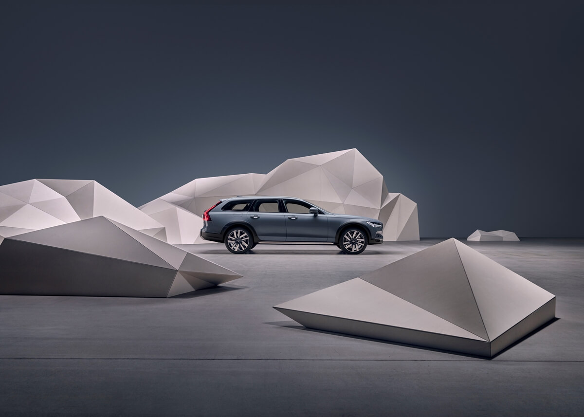 262873_Studio_images_-_the_refreshed_Volvo_V90_B6_AWD_Cross_Country_in_Thunder.jpg