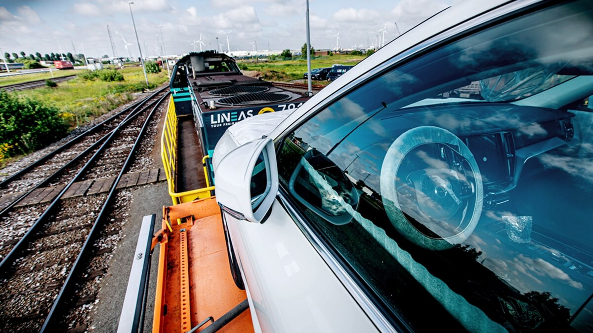 264067_Trucks-to-trains_swap_significantly_cuts_emissions_in_Volvo_Cars_logistics.jpg