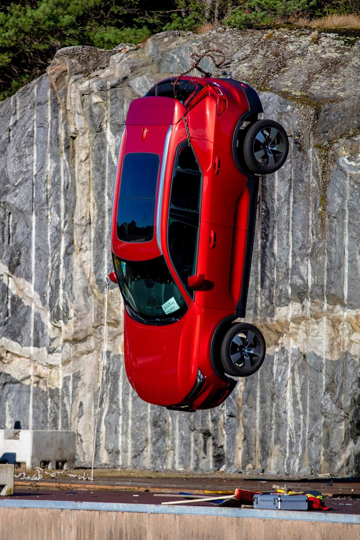 274394_Volvo_Cars_drops_new_cars_from_30_metres_to_help_rescue_services_save.jpg