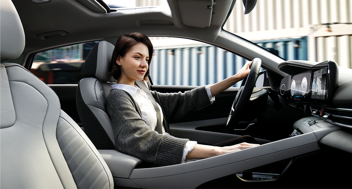 model_avante_cn7_design_inspiration_full_option_modern_grey_front_seat_woman.png