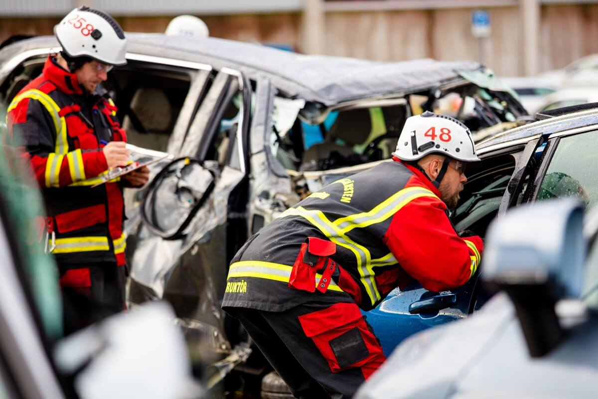 274399_Volvo_Cars_drops_new_cars_from_30_metres_to_help_rescue_services_save.jpg