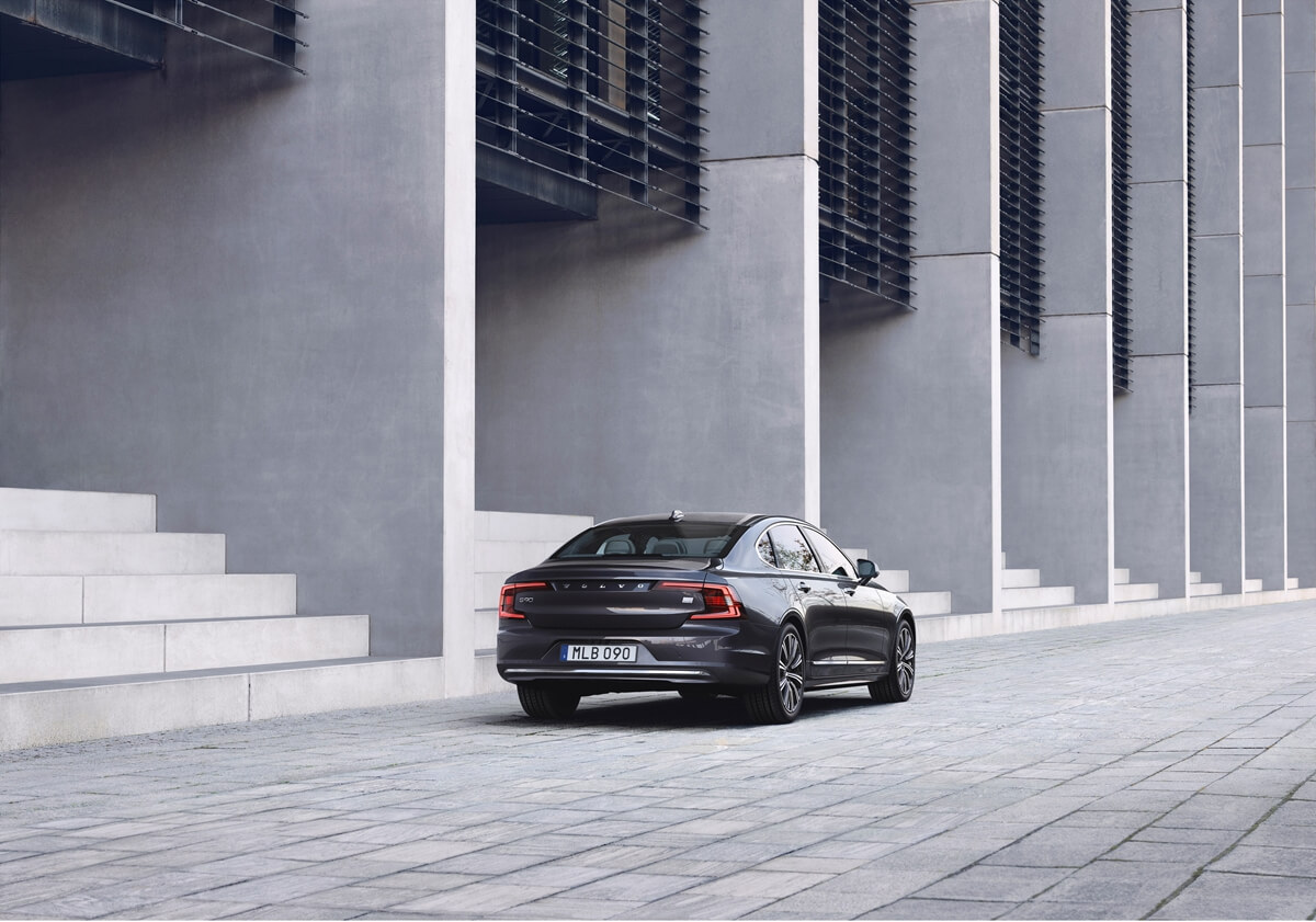 262598_The_refreshed_Volvo_S90_Recharge_T8_plug-in_hybrid_in_Platinum_Grey.jpg