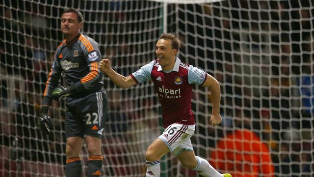 Premier League - Controversial red card sends West Ham to victory