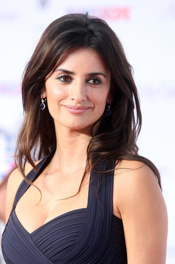 The 43-year old daughter of father Eduardo Cruz and mother Encarna Sánchez, 163 cm tall Penélope Cruz in 2018 photo