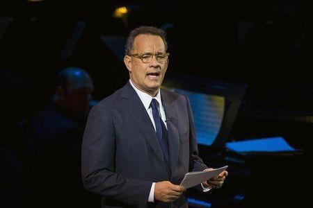 """Tom Hanks e Mila Kunis ajudam James Corden na estreia do """"Late Late Show"""""""