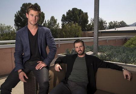 """Bem-humorados, Hemsworth e Evans falam sobre novo """"Vingadores"""""""