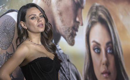 Homem que perseguiu atriz Mila Kunis é preso após fugir de sanatório