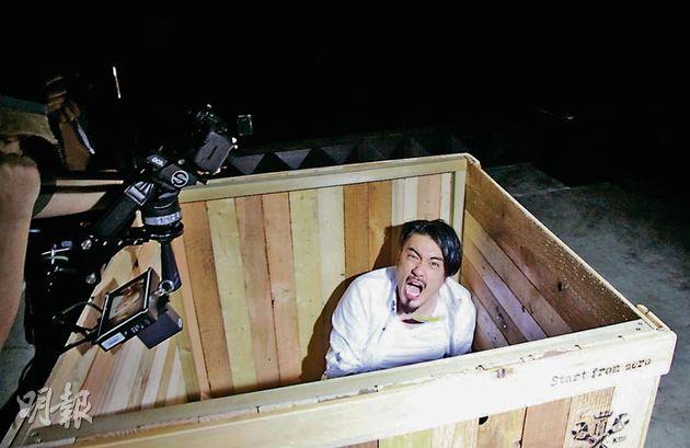 恭碩良瑟縮大木箱表達痛苦。(微博圖片)