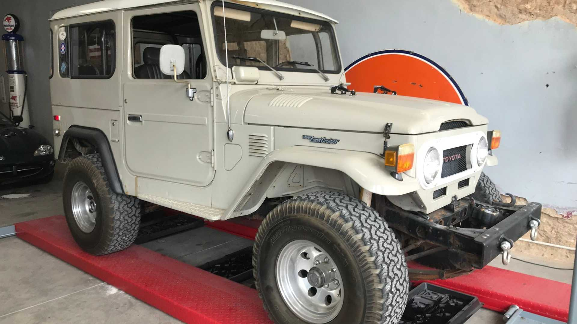 1977 Toyota Land Cruiser FJ40 Has A V8 Engine Swap