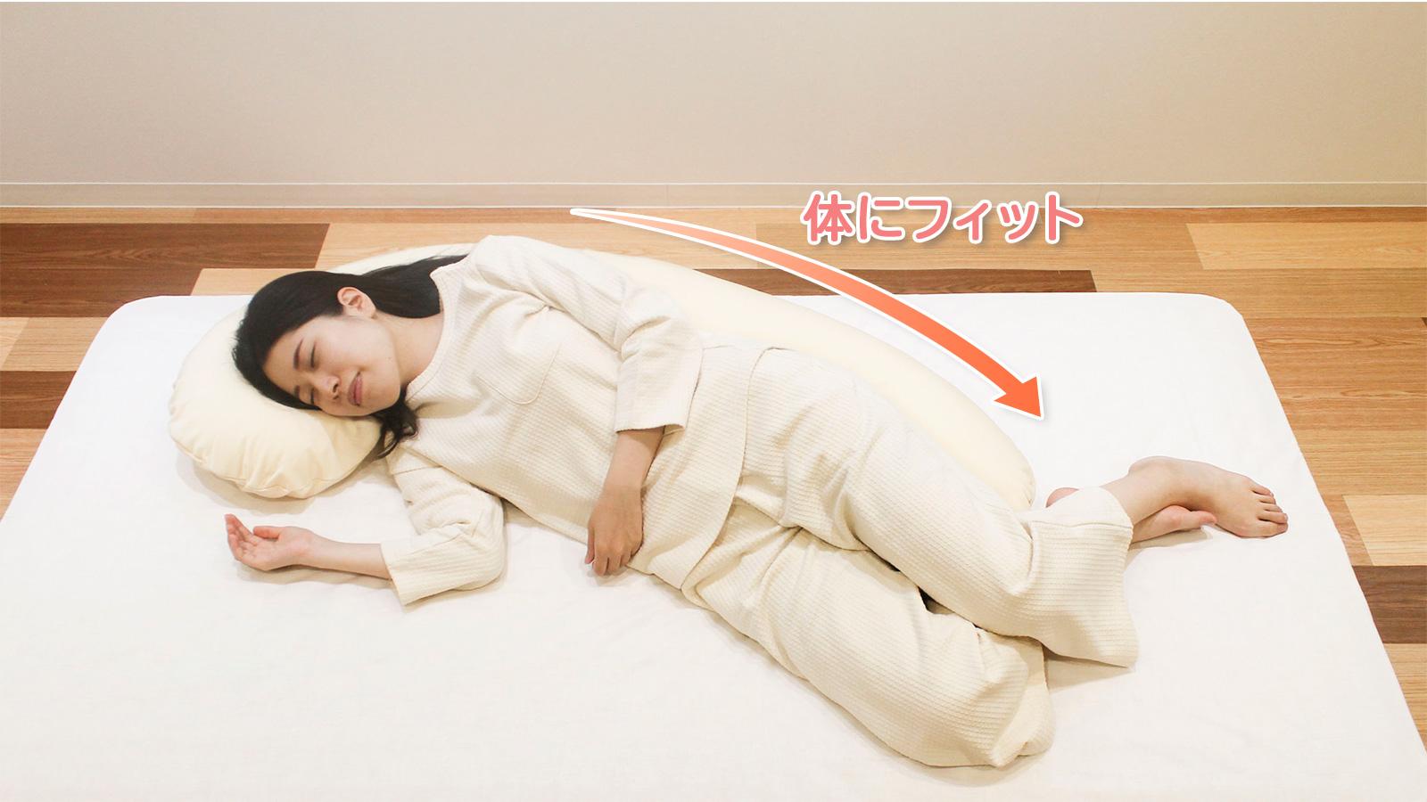 背中に抱き枕を使用すると、腰がラク!