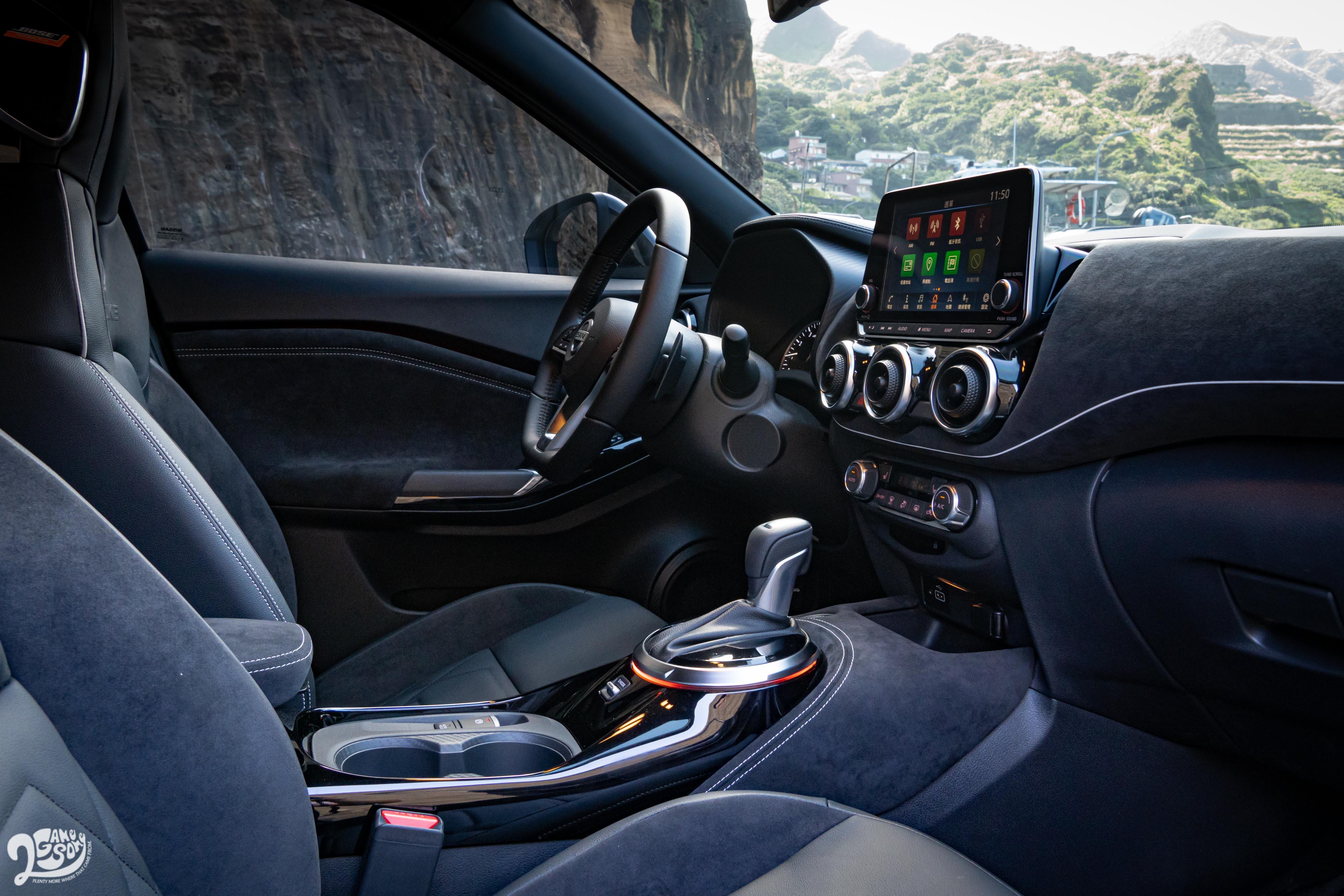 車內的許多「圓圈」設計,包含出風口、排檔桿座、儀表板、空調旋鈕等處,都有向前輩致敬的意味。