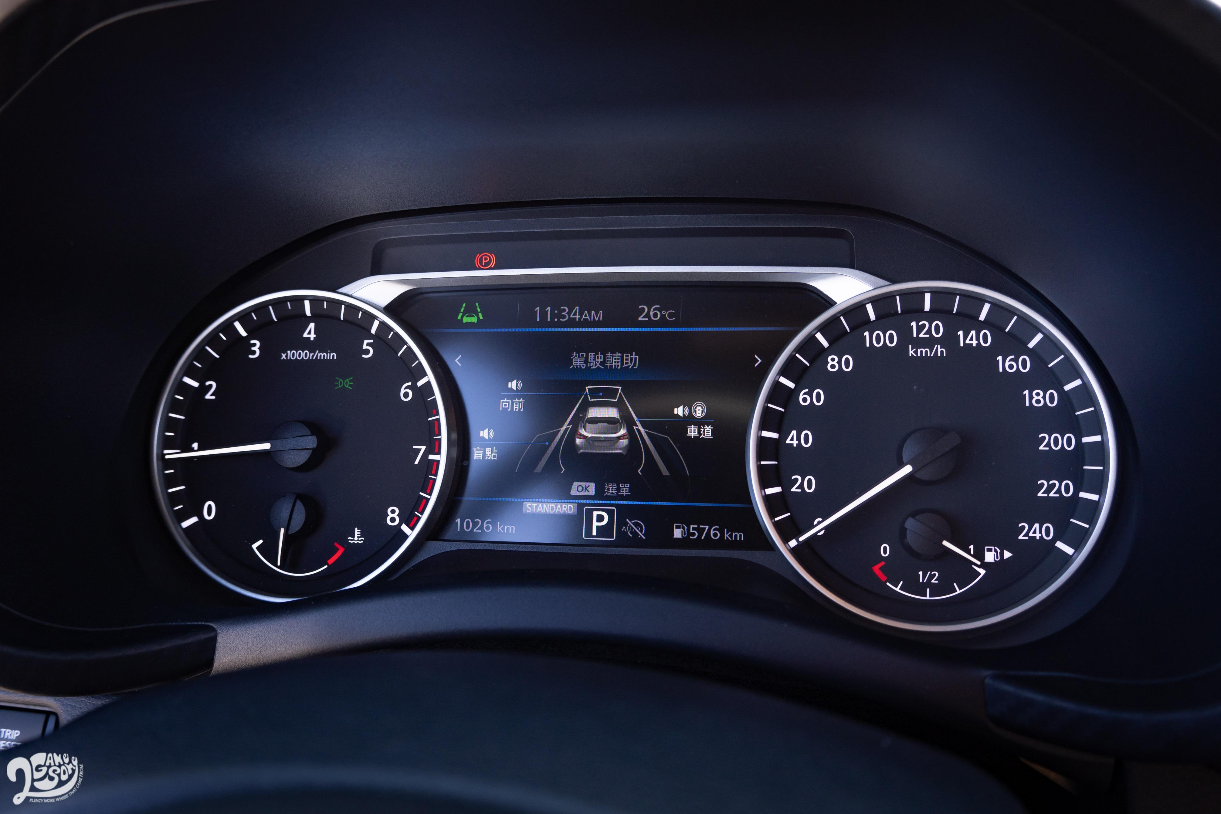 駕駛眼前的 7 吋全彩儀表資訊幕,行車、導航、胎壓、智慧駕駛資訊都可快速瀏覽,兩側則保留類比指針錶。
