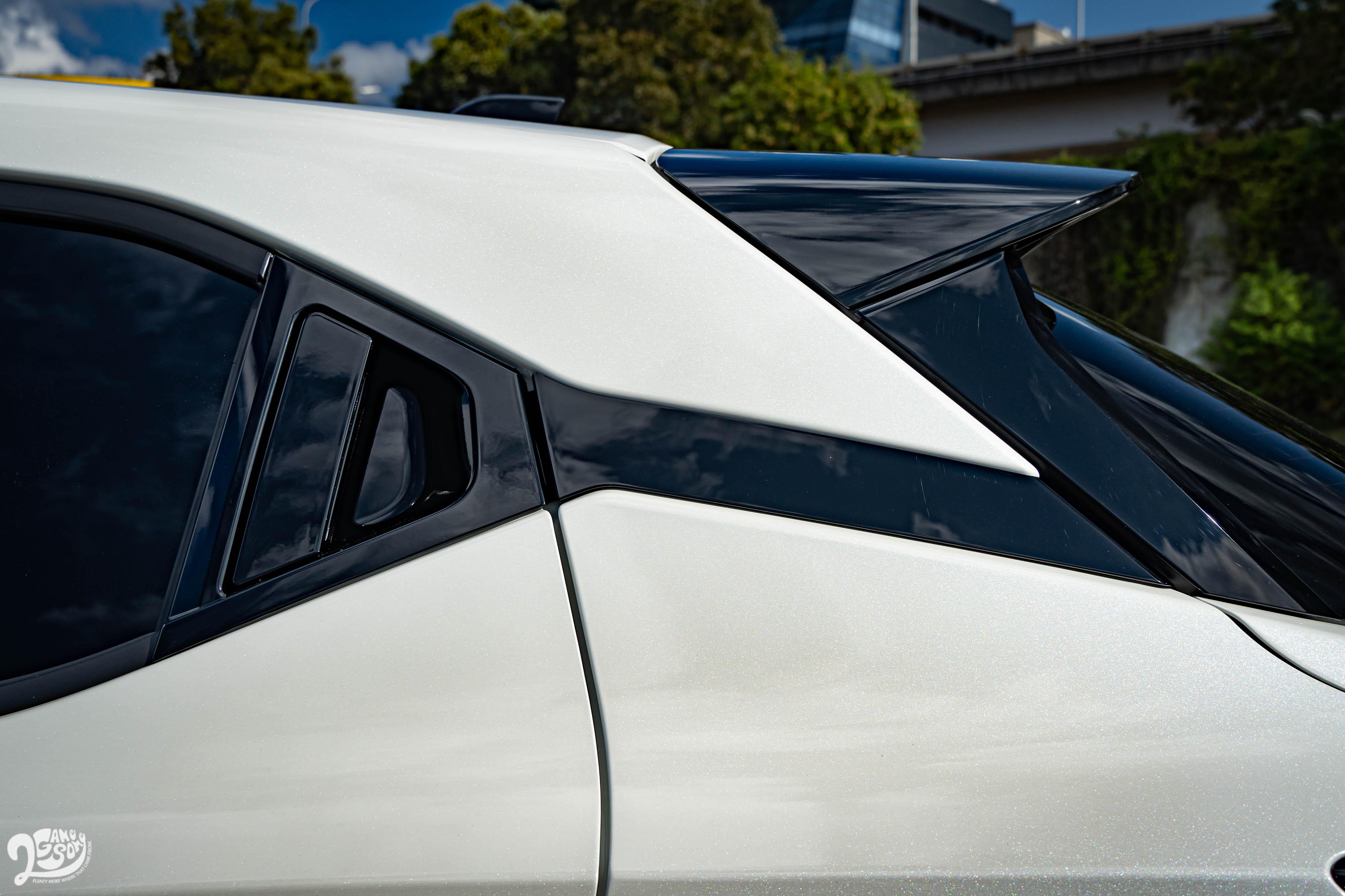 隱藏式後車門把與懸浮式車頂。